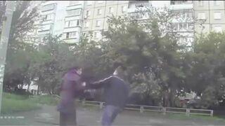 Dziewczyna w Rosji na ratunek - kop w jaja
