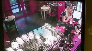 Dziewczynka ukradła iPhone'a w restauracji!