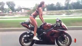 Kobieta w bikini na motorze