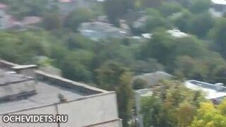 Emeryt skacze z dachu bloku