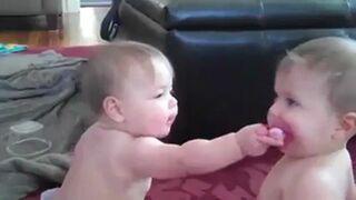 Dwa dzieciaki jeden smoczek