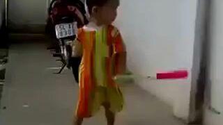 Mały Bruce Lee z nunczako