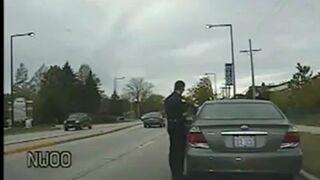 Policjant poucza kierowce, ten nie pozostaje mu dłużny