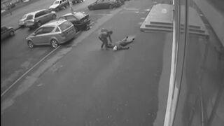 Starsza kobieta padła martwa na ulicy, a później rozjechała ją furgonetka