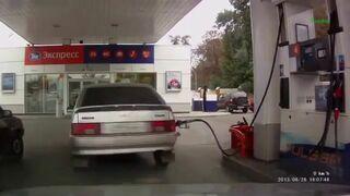 Głupia Rosjanka na stacji benzynowej