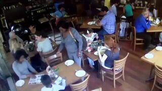 Mała złodziejka kradnie Iphone-a w restauracji