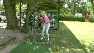 Pierwsza lekcja gry w golfa...