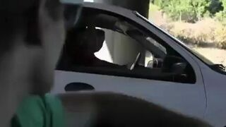 """Facet śpiewa """"Build Me Up Buttercup"""" z nieznajomymi na autostradzie!"""