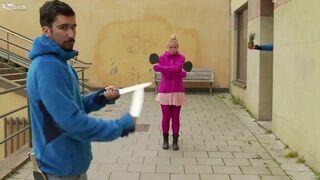 Trik z rakietkami do pingponga i nożami