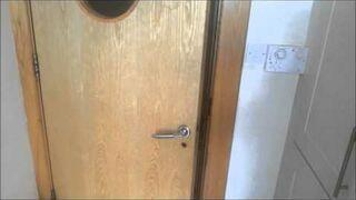 Upierdliwy pies chce wejść do kuchni. Epicki Hi-five