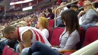 Dostał kosza podczas pocałunku na meczu