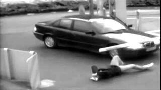 Oberwał szlabanem w głowę a do tego nogi mu przejechał - crazy