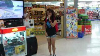 Dziewczyna w markecie daje czadu w karaoke