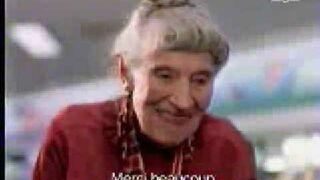 Skrzypiący wózek babci w supermarkecie