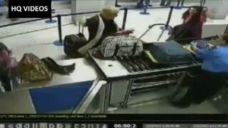 Striptiz na lotnisku! Miała tylko zdjąć buty, to się rozebrała