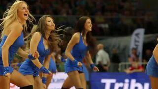 Seksowne dziewczyny wykonują niesamowite akrobacje