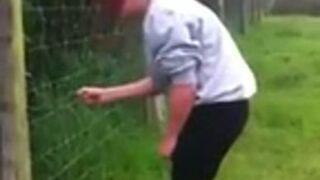 Dotknęła gołym tyłek elektrycznego ogrodzenia!
