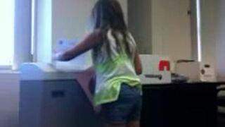 Dziewczyna i niszczarka do papieru
