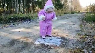 Mała Rosjanka spaceruje pierwszy raz po lodzie