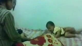 Matka znęca się nad dzieckiem