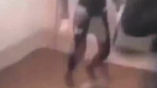 Dziewczyna brutalnie bije niepełnosprawnąrówieśniczkę
