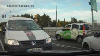 Kobieta za kierownicą -wjazd pod prąd na skrzyżowaniu