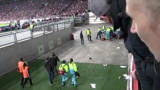 Kibic Ajax Amsterdam spada z trybun podczas meczu