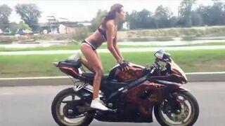 Seksi dziewczyna w bikini na Suzuki GSX-R