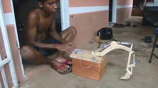 Wykonał koparkę z drewna i strzykawek