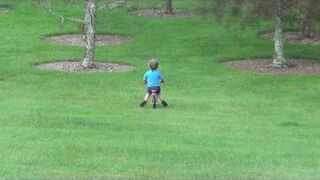Ojciec roku, puszcza dzieciaka z górki prosto w drzewo