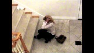 Pijana żona próbuje wejść po schodach