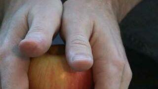 Jak rozpołowić jabłko rękoma