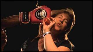 Uderzenie rękawicą bokserską twarz - zwolnione tempo (slow motion)