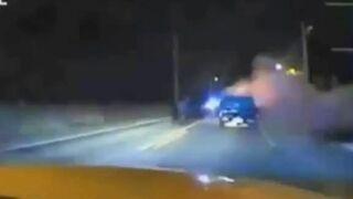 Policjant ratuje ludzi z płonącego samochodu