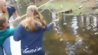 Blondynka przechodzi po linie nad wodą