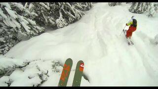 Zjazd na nartach między drzewami igraniem ze śmiercią