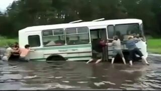 Autobus utknął w kałuży