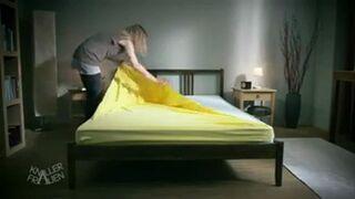 Blondynka naciąga pokrowiec na materac