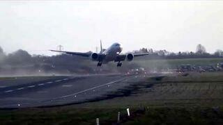 Silny wiatr nie sprzyja lądowaniu - Boeing 777
