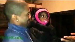 Dziewczynka poznaje pierwszy raz brata bliźniaka Ojca