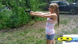 Dziewczyna na strzelnicy i łuska w staniku - girl fail