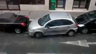 Parkuje pomiędzy dwoma samochodami - Nie uwierzysz kto!