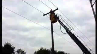Zdejmowanie kota ze słupa trakcji elektrycznej - fail