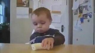 Zasypiający dzieciak je banan