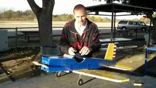 Wiewiórka porywa model samolot na manualne sterowanie
