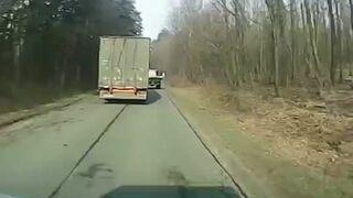 Ciężarówka wyprzedza traktor na wąskiej drodze...
