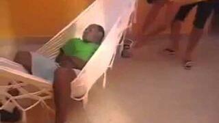 Wystraszony dzieciak podczas snu