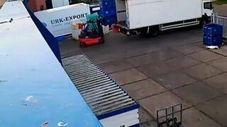Ładowanie pojemników z rybami na furgonetkę