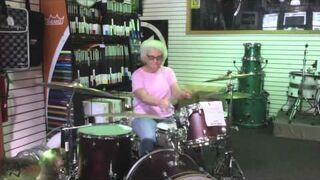 Babcia daje czadu na perkusji