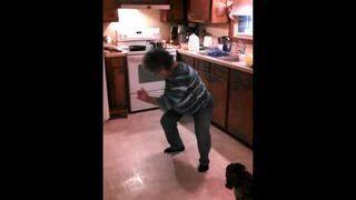 Babcia tańczy w kuchni